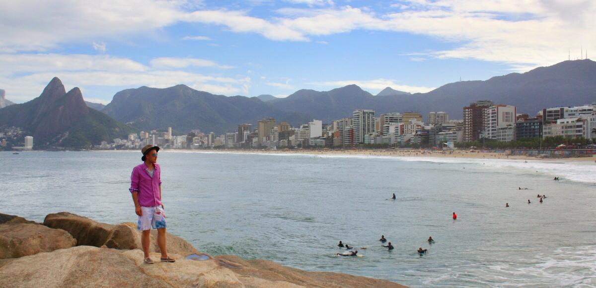In Shirt und Shorts zum Sonnenuntergang am Strand von Ipanema - Rio de Janeiro